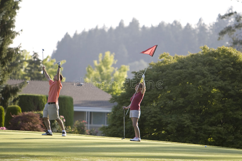 Coppie che giocano golf - orizzontale immagini stock