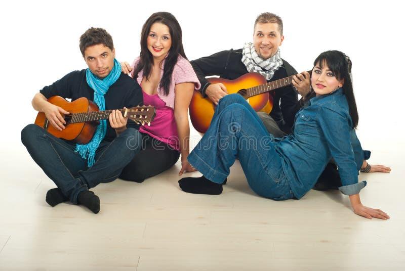 Coppie che giocano le chitarre fotografie stock libere da diritti