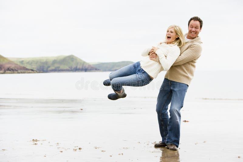 Coppie che giocano sulla spiaggia fotografia stock libera da diritti