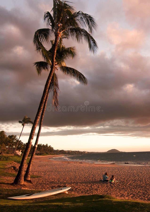 Coppie che godono del tramonto sulla spiaggia Maui Hawai di Keawakapu fotografia stock