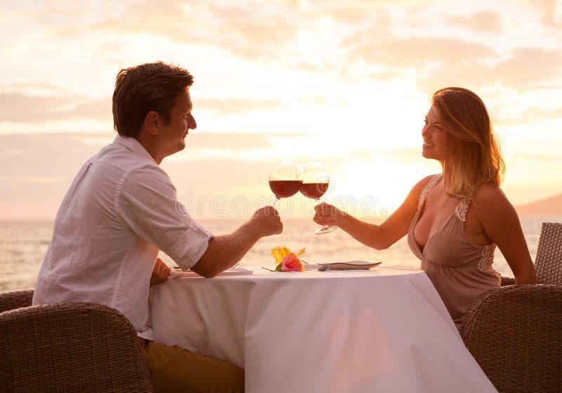 Coppie che godono della cena romantica del sunnset fotografie stock libere da diritti