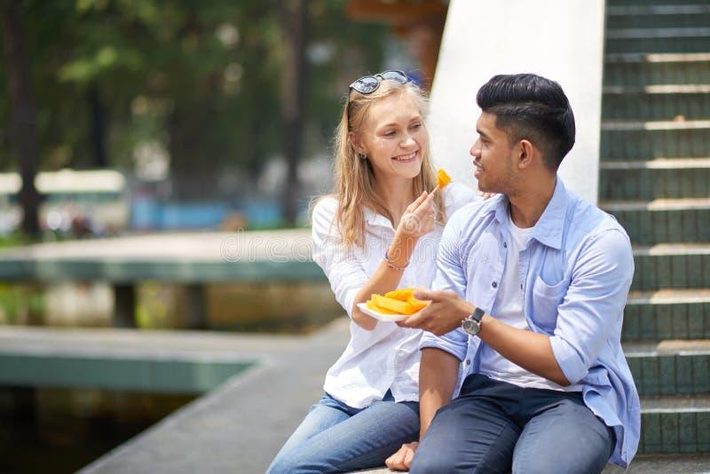 Coppie che godono della papaia fotografia stock libera da diritti