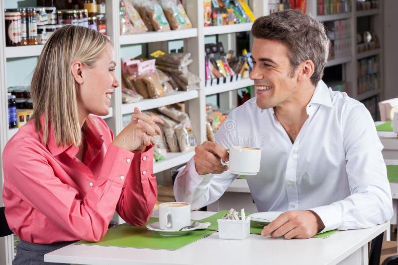Coppie che godono insieme di un caffè immagini stock