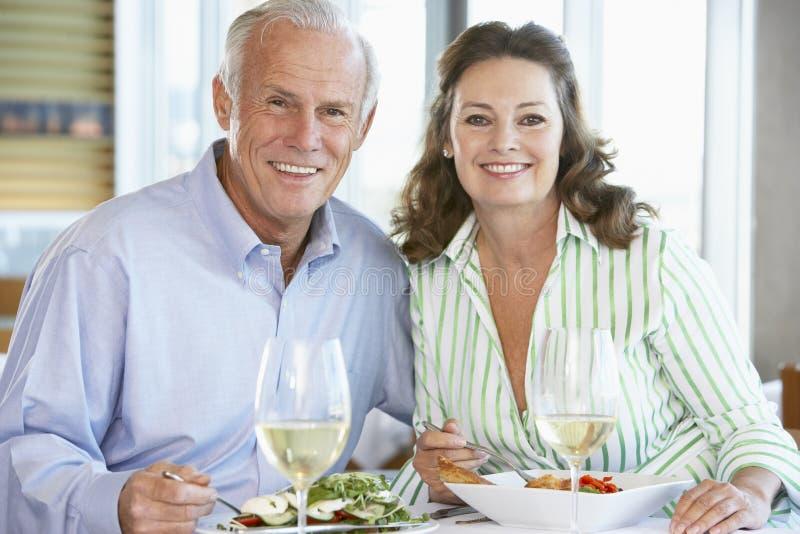 coppie che hanno anziano del ristorante del pranzo immagini stock libere da diritti