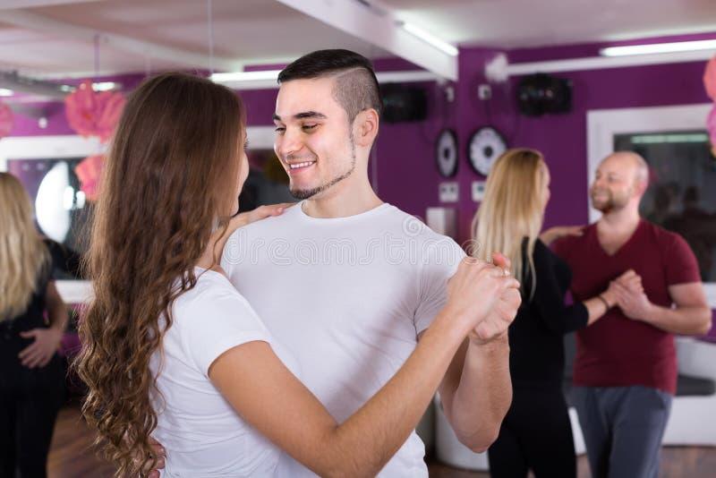 Coppie che hanno classe di dancing fotografia stock libera da diritti