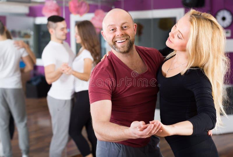 Coppie che hanno classe di dancing fotografie stock libere da diritti