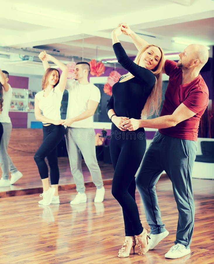 Coppie che hanno classe di dancing immagini stock libere da diritti