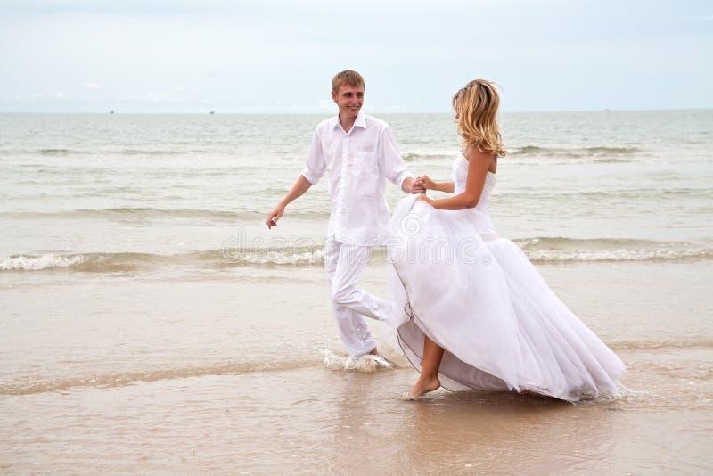 Coppie che hanno divertimento su una spiaggia fotografia stock libera da diritti