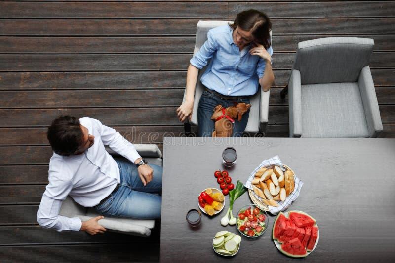 Coppie che mangiano dietro la tavola fotografia stock libera da diritti