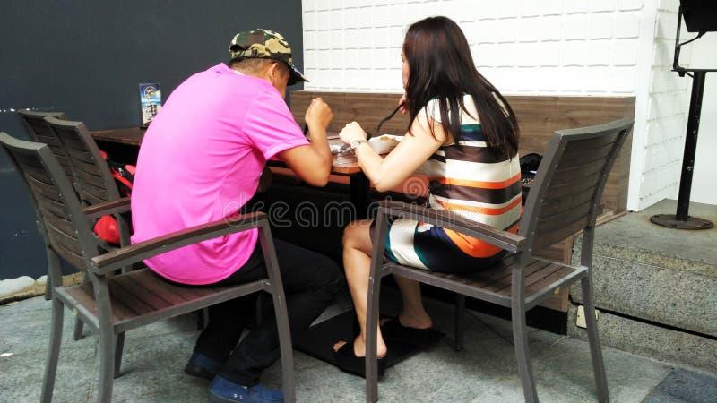 Coppie che mangiano insieme fotografie stock libere da diritti