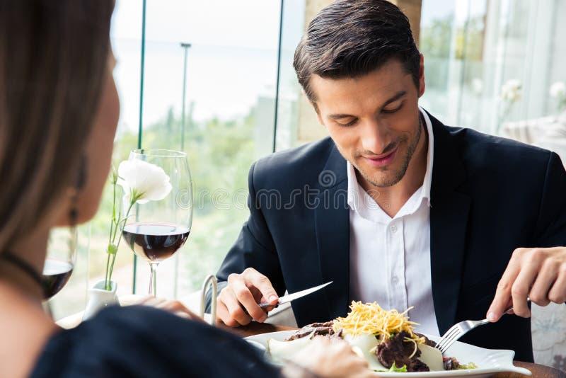 Coppie che mangiano nel ristorante fotografie stock
