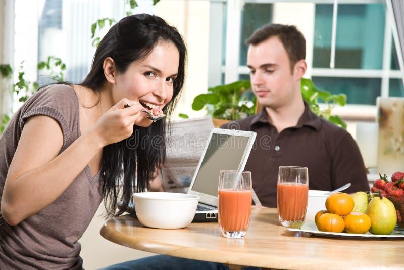 Coppie che mangiano prima colazione fotografia stock libera da diritti
