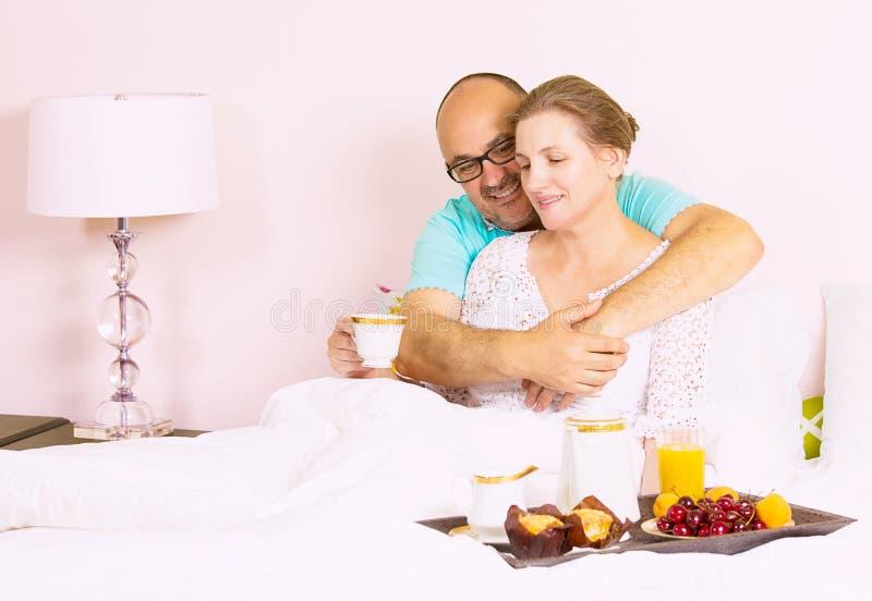 Coppie che mangiano prima colazione in base fotografie stock libere da diritti