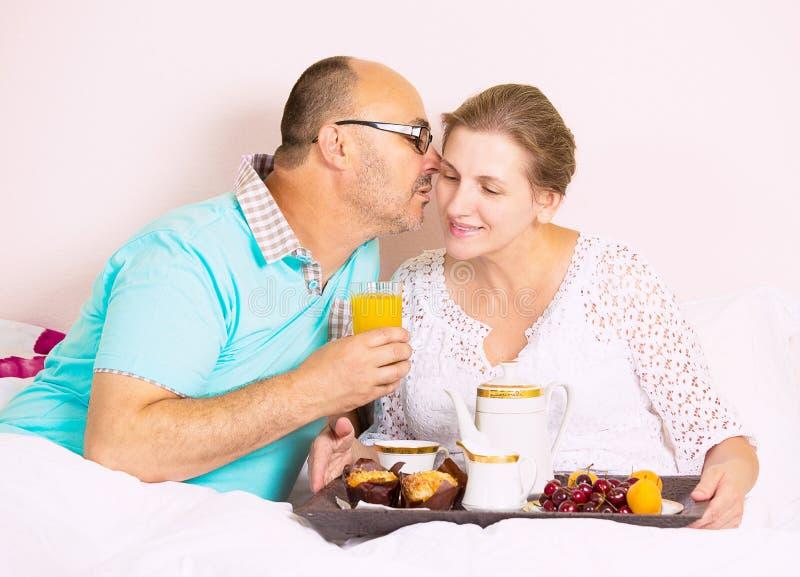 Coppie che mangiano prima colazione in base immagini stock libere da diritti