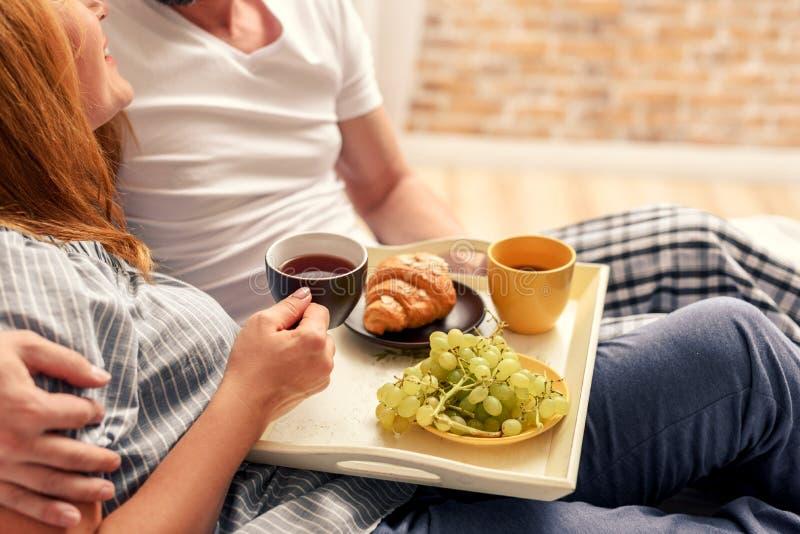 Coppie che mangiano prima colazione a casa fotografia stock libera da diritti