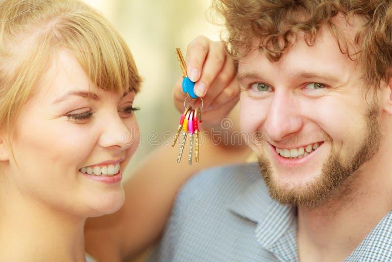 Coppie che mostrano le loro chiavi della nuova casa fotografia stock libera da diritti