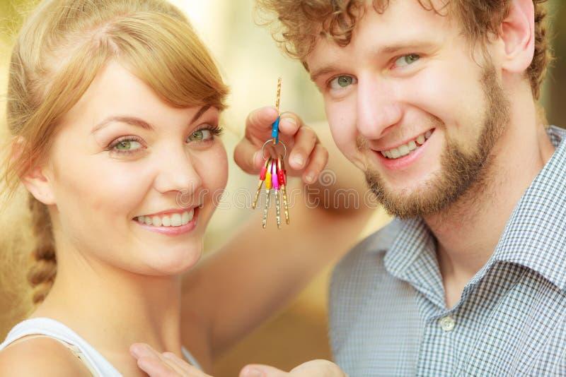 Coppie che mostrano le loro chiavi della nuova casa immagine stock