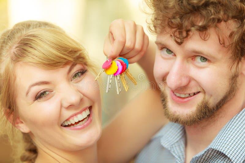 Coppie che mostrano le loro chiavi della nuova casa fotografie stock libere da diritti