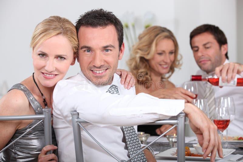 Coppie che pranzano con gli amici fotografia stock libera da diritti