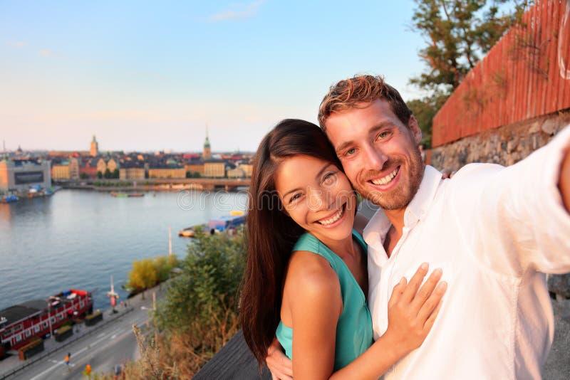 Coppie che prendono l'autoritratto del selfie a Stoccolma immagini stock libere da diritti
