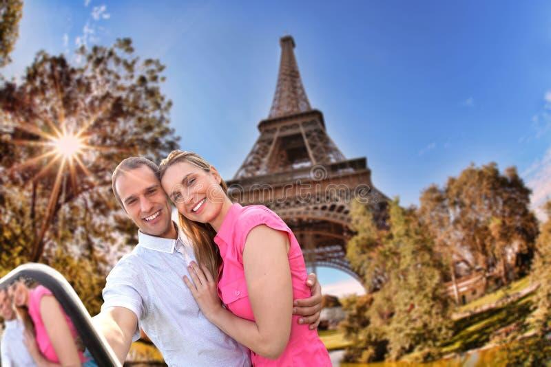 Coppie che prendono Selfie dalla torre Eiffel a Parigi, Francia immagini stock libere da diritti