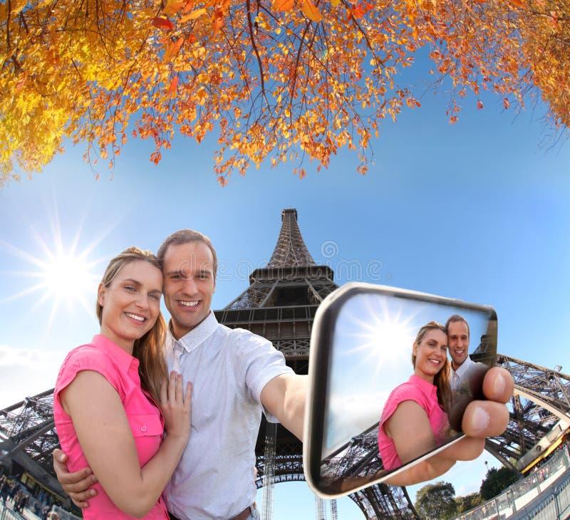 Coppie che prendono Selfie dalla torre Eiffel a Parigi, Francia fotografie stock
