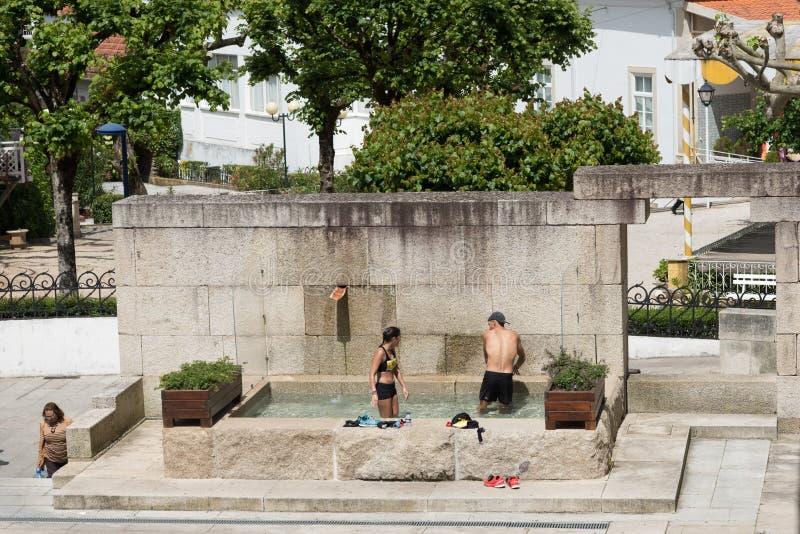 Coppie che prendono una nuotata in acque minerali di Luso immagine stock