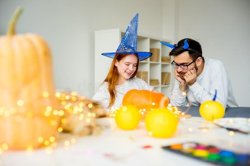 Coppie che preparano per Halloween fotografia stock