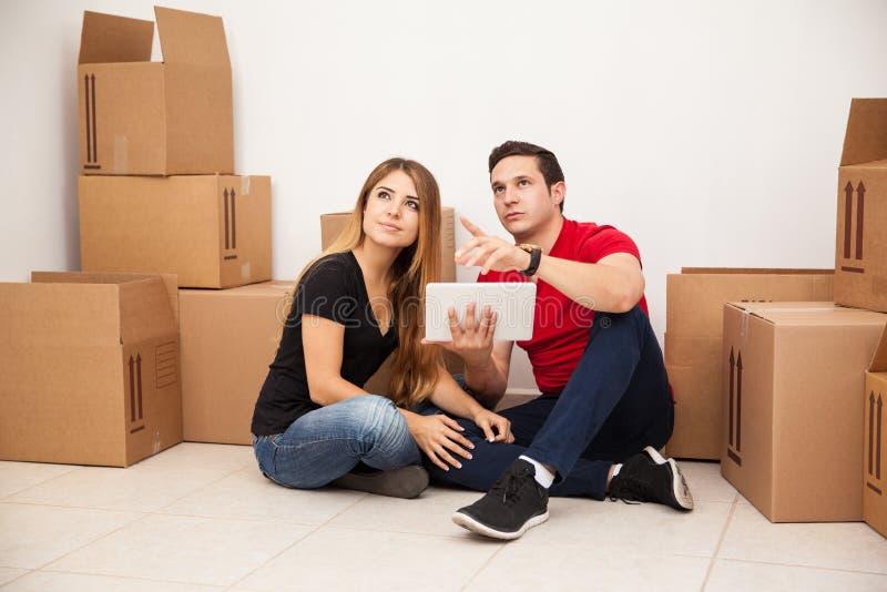 Coppie che prevedono la loro casa fotografia stock