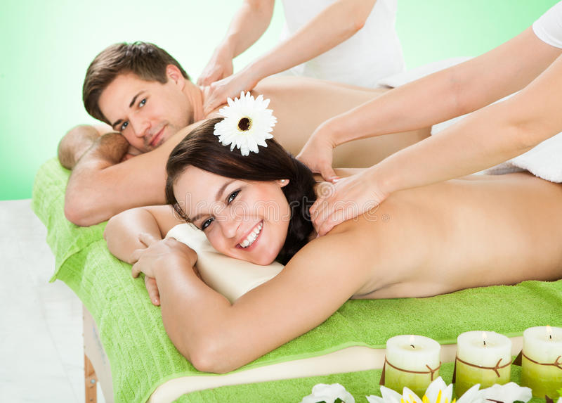 Coppie che ricevono massaggio della spalla alla stazione termale fotografia stock