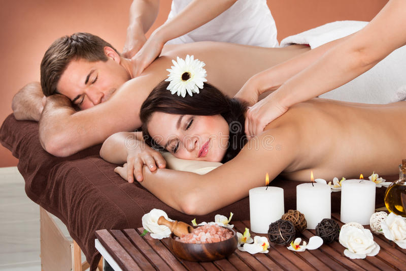 Coppie che ricevono massaggio della spalla alla stazione termale fotografie stock libere da diritti