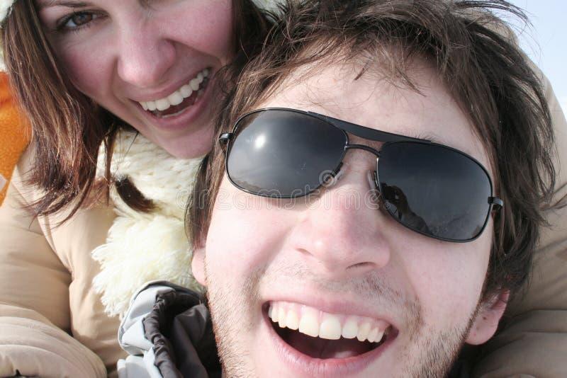 Coppie che ridono esaminando la macchina fotografica fotografia stock