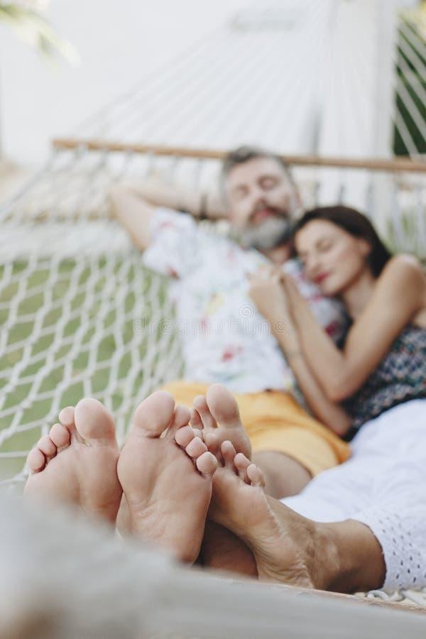 Coppie che riposano insieme in un'amaca fotografia stock