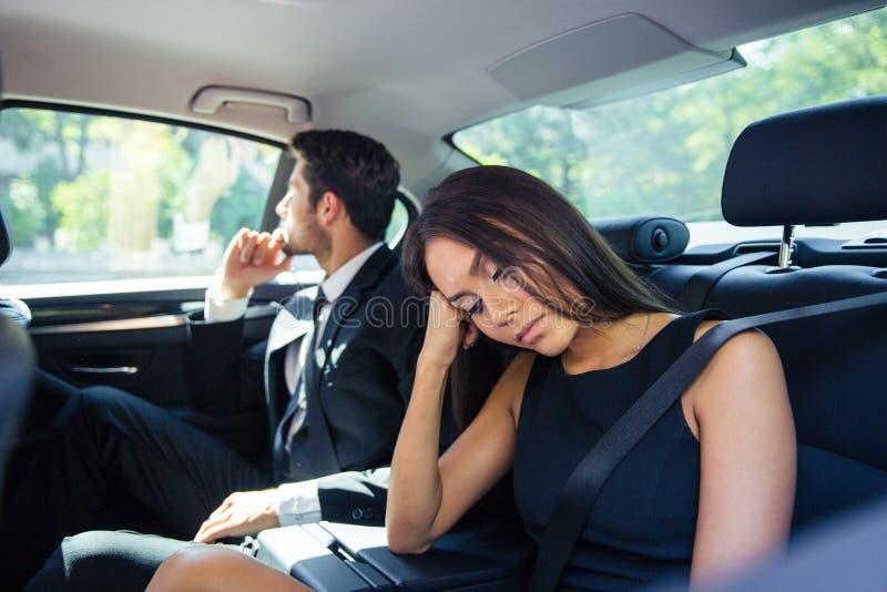 Coppie che riposano sul sedile posteriore in automobile fotografia stock libera da diritti