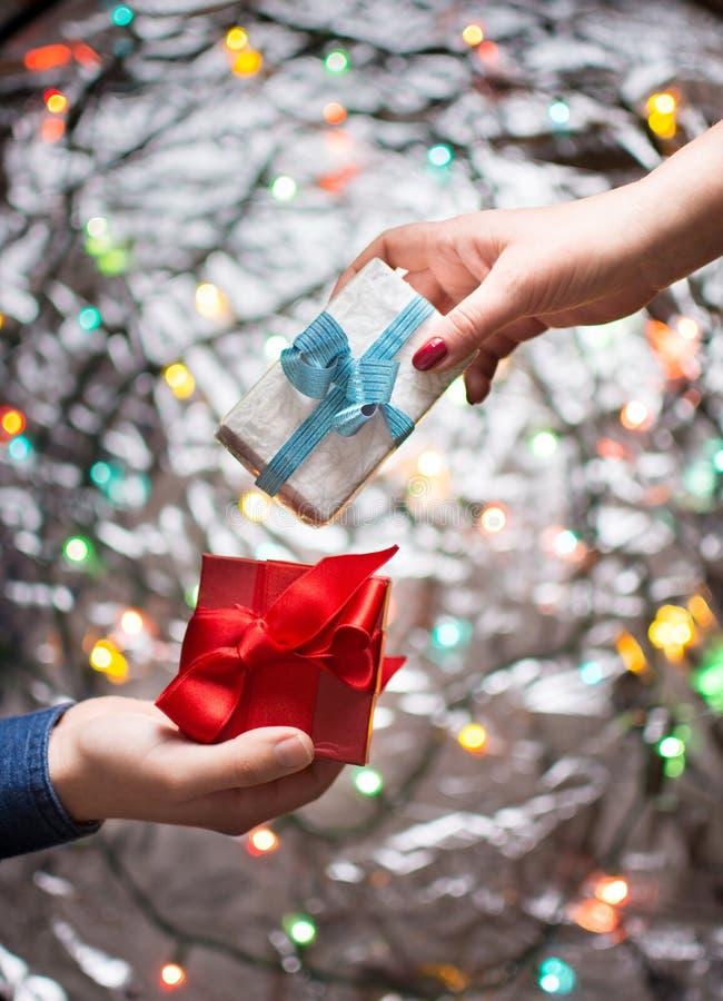 Coppie che scambiano i presente dei biglietti di S. Valentino immagini stock