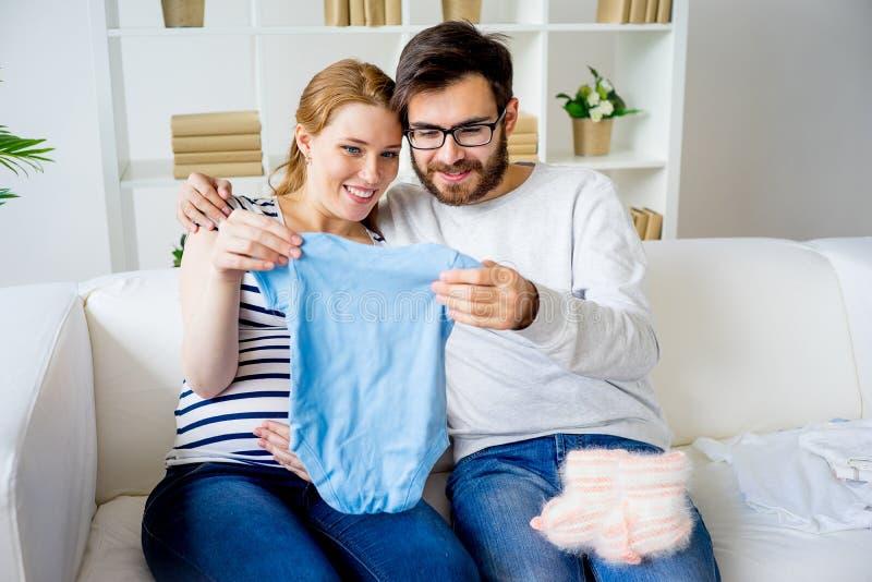 Coppie che scelgono i vestiti immagini stock libere da diritti