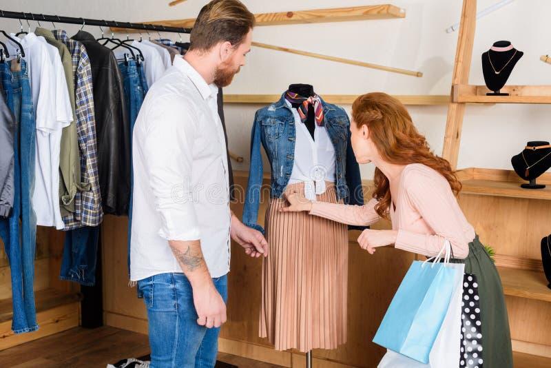 coppie che scelgono i vestiti su acquisto fotografie stock