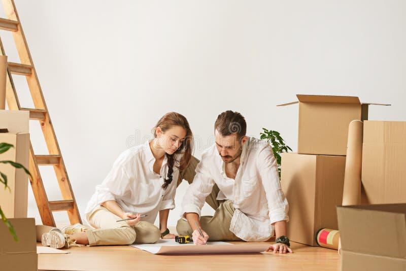 Coppie che si muovono verso una nuova casa immagine stock libera da diritti