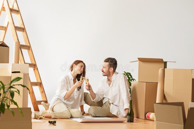 Coppie che si muovono verso una nuova casa immagini stock