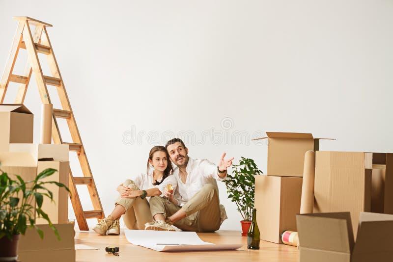 Coppie che si muovono verso una nuova casa fotografia stock