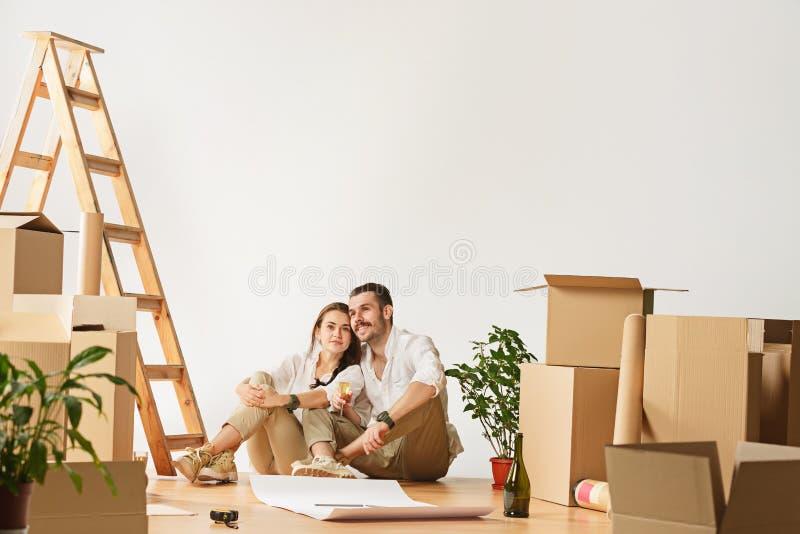 Coppie che si muovono verso una nuova casa immagine stock