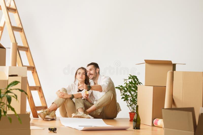 Coppie che si muovono verso una nuova casa fotografie stock