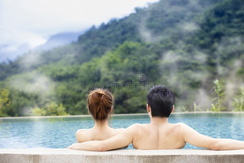 coppie che si rilassano in sorgenti di acqua calda fotografie stock