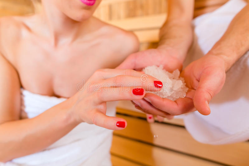 Coppie che si siedono nella sauna della stazione termale di benessere immagini stock libere da diritti
