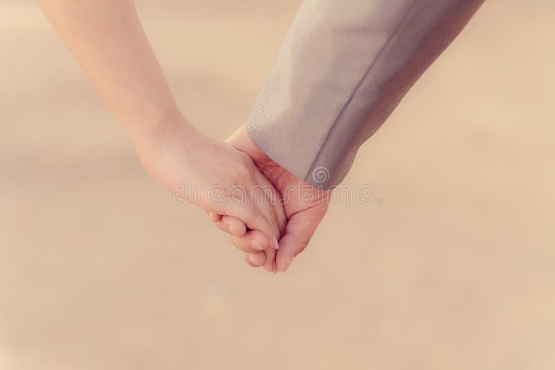 Coppie che si tengono per mano nel giorno di S. Valentino immagine stock