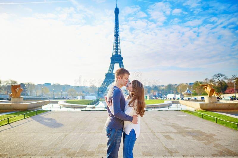 Download Coppie Che Si Tengono Per Mano Vicino Alla Torre Eiffel Fotografia Stock - Immagine di bello, honeymoon: 55357890