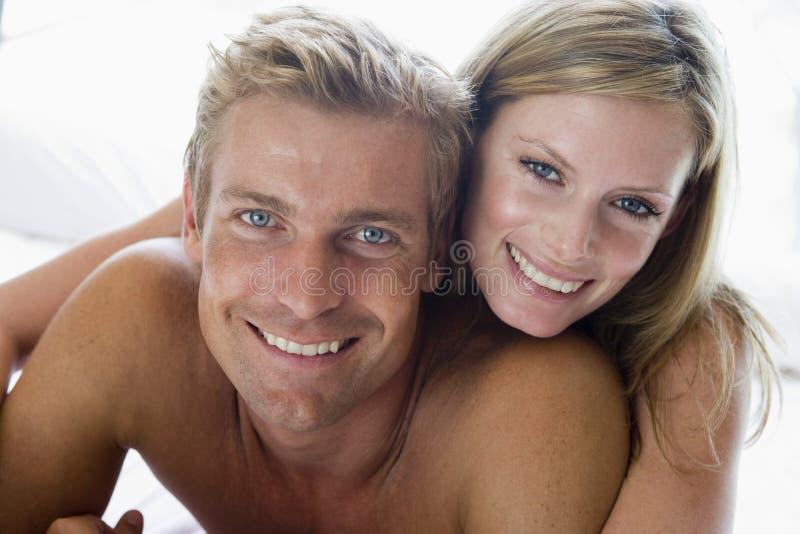 Coppie che si trovano nel sorridere della base fotografie stock