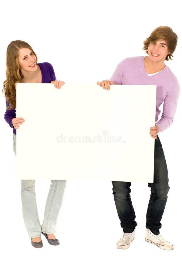 Coppie che tengono segno in bianco immagini stock libere da diritti