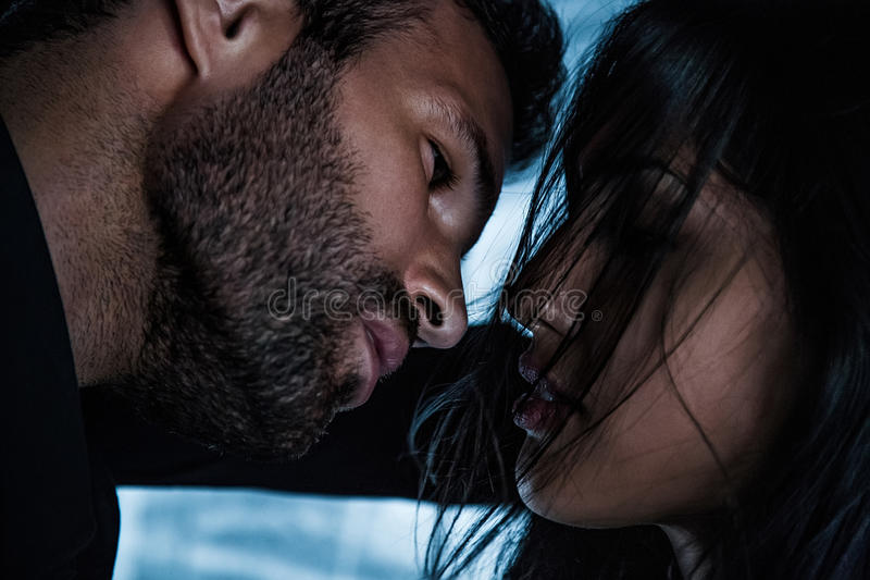 Coppie che vanno per il bacio fotografia stock