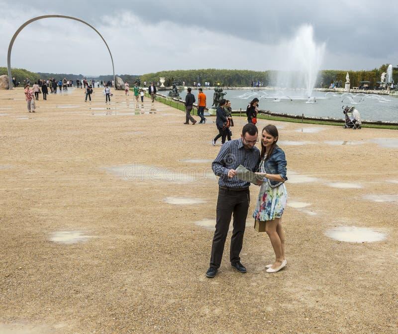 Coppie che visitano un giardino francese fotografie stock libere da diritti